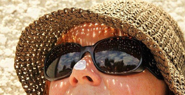 žena se slunečními brýlemi