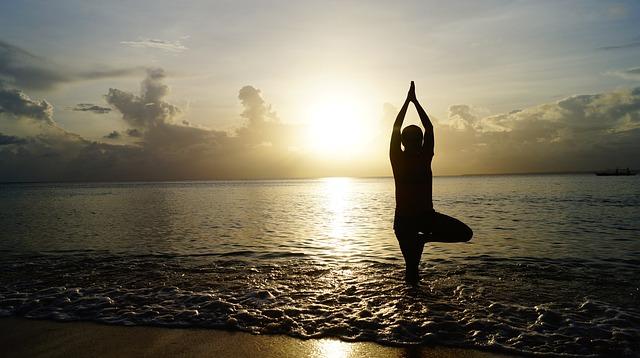 yóga za úsvitu na pláži