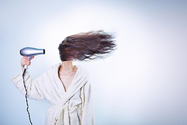 sušení vlasů fénem