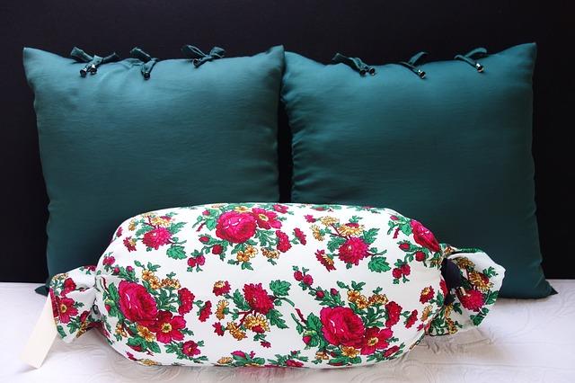 polštáře na ustlané posteli