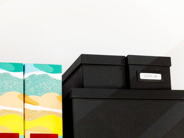 Kartonové krabice v polici