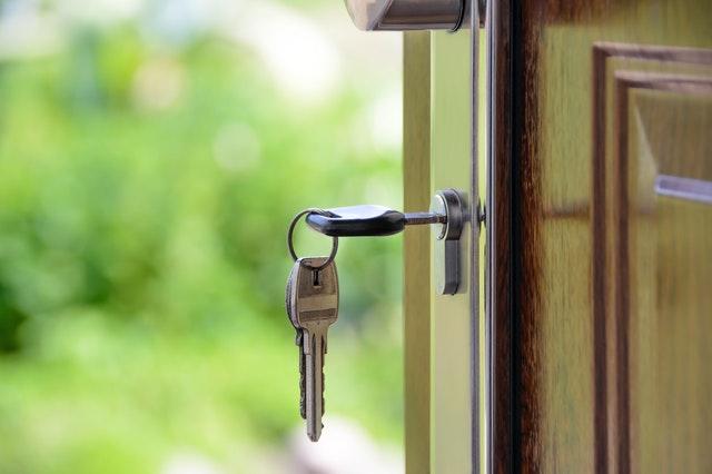 Otevřené dveře s klíči zasunutými v zámku