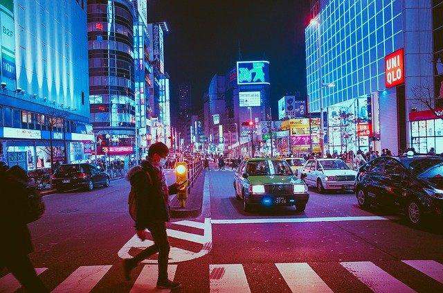 noční město se světelnými reklamami